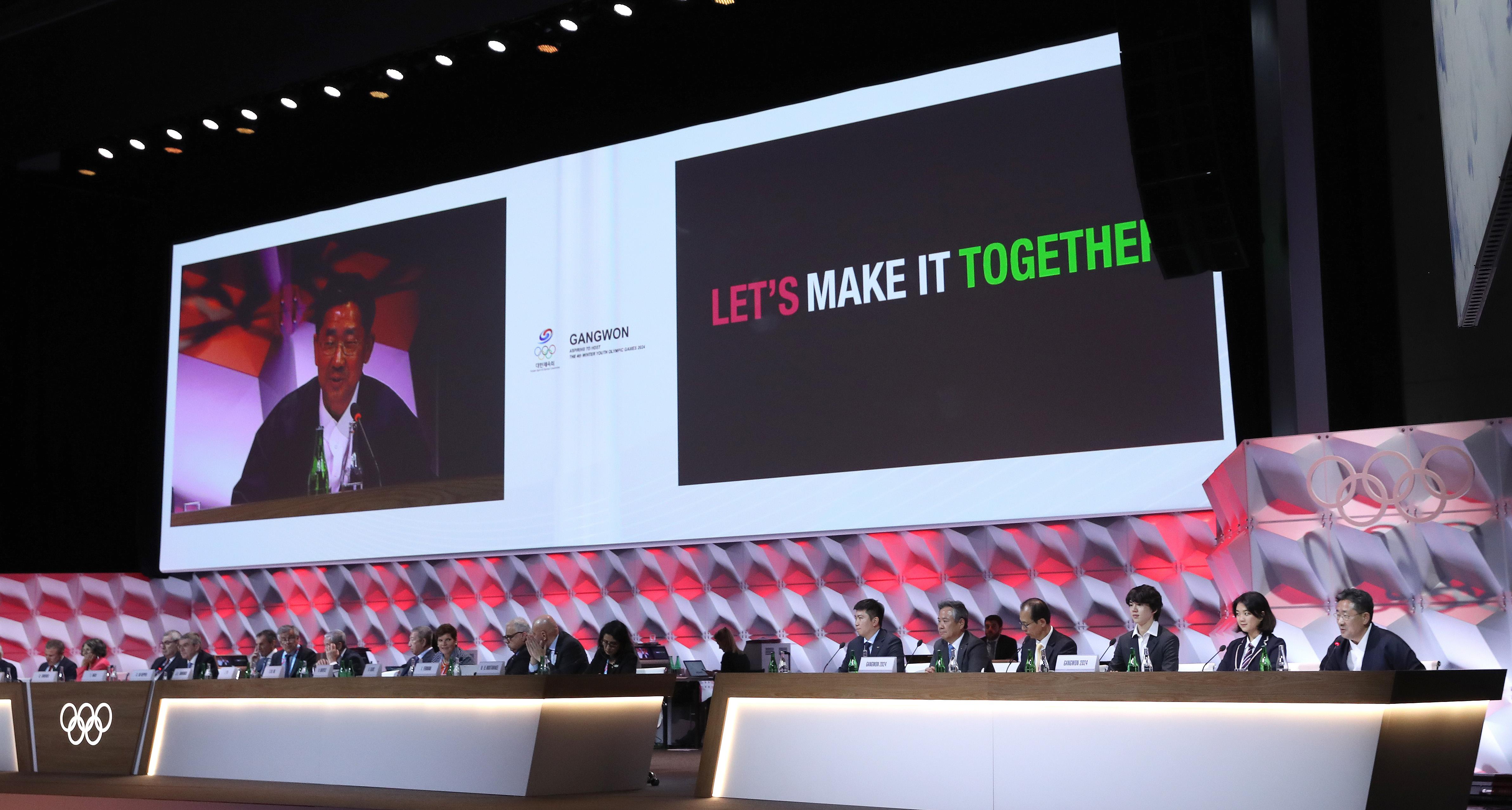 박양우 문화체육관광부 장관(오른쪽) 등 2024 강원 동계 청소년 올림픽 유치 대표단이 10일 스위스 로잔에서 열린 제135차 국제올림픽위원회(IOC) 총회에서 프레젠테이션을 하고 있다.