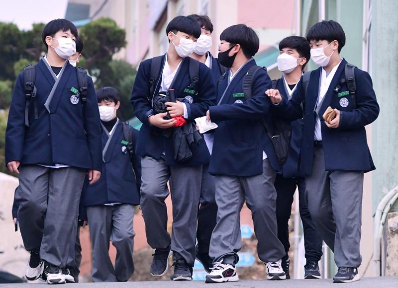 Schüler der Daechang Middle School tragen Hanbok-Schuluniformen.