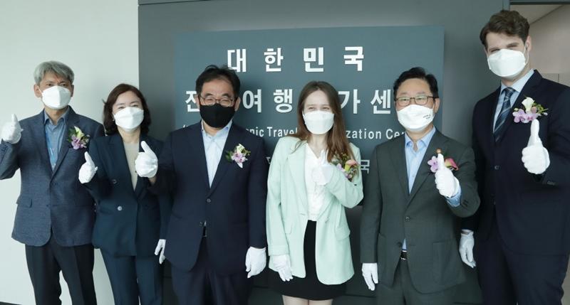 Südkoreas Justizminister Park Beom Kye (zweiter von rechts) posiert am 11. August vor dem Schild von Korea Electronic Travel Authorization (K-ETA) Center am Internationalen Flughafen Gimpo für ein Foto.