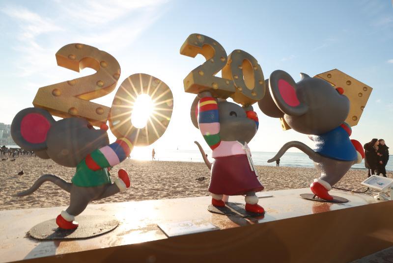 Der erste Sonnenaufgang des neuen Jahres am 1. Januar scheint hinter den Mäuseskulpturen am Strand Haeundae in Busan. 2020 ist das Jahr der Weißen Ratte nach dem asiatischen Tierkreis. ⓒ Yonhap News