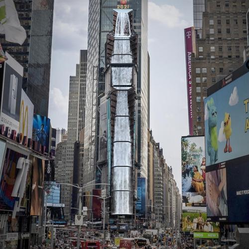 """Eine Darstellung der Medienkunstinstallation von a'strict, """"Waterfall-NYC"""" (2021)."""