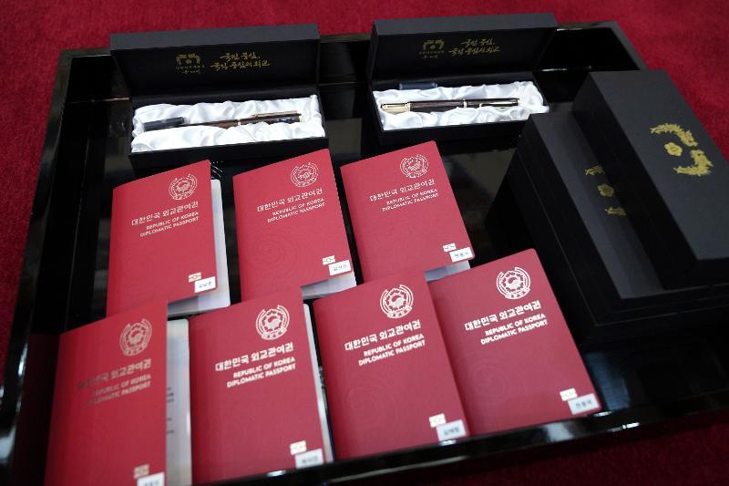 Diplomatenpässe für BTS als Geschenke von Präsident Moon Jae-in.
